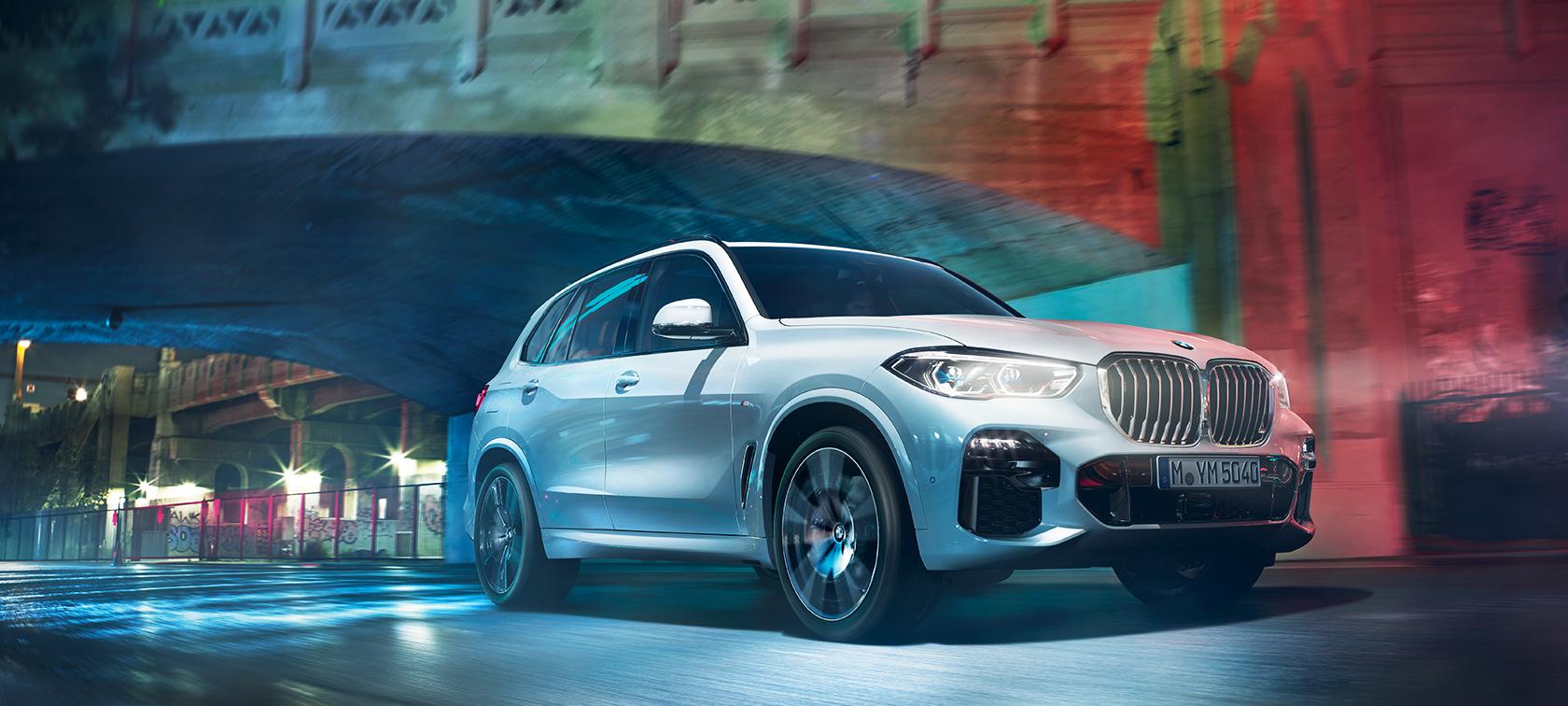A BMW X5 áthalad az éjszakai városon