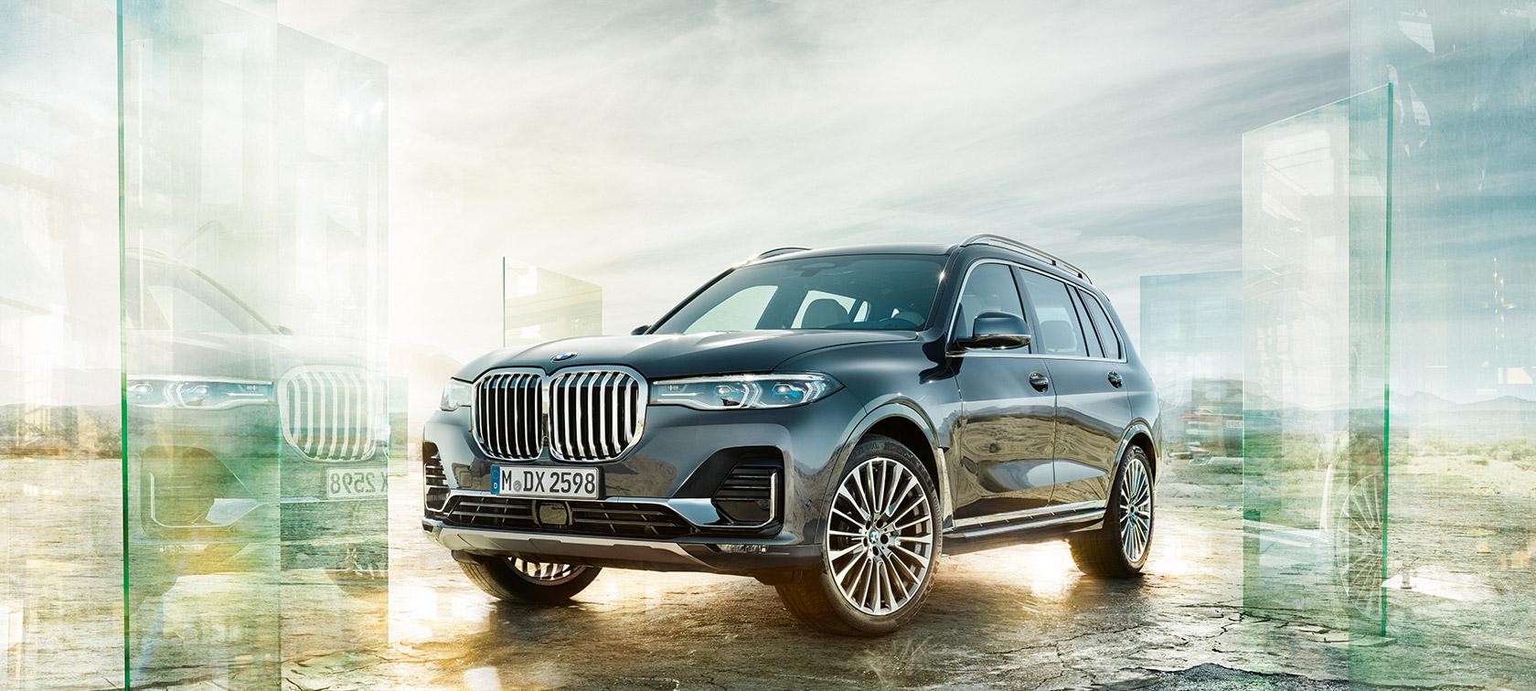 A BMW X7 háromnegyedes elölnézetből, sivatagos tájjal a háttérben